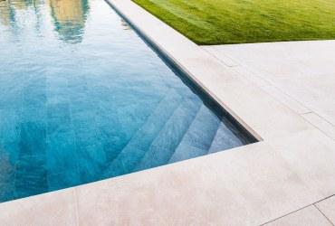 travertin-okolo-bazena