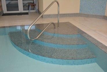 zulove-schody-v-bazene