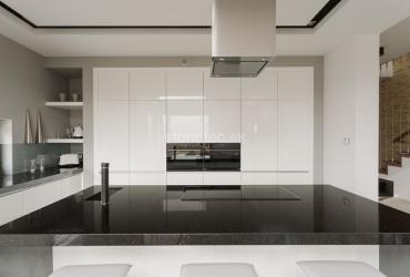 Kuchynská pracovná doska z tmavej žuly