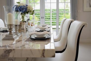 Biely mramorový stôl