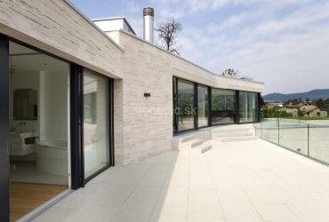 Obložený dom hnedým mramorom