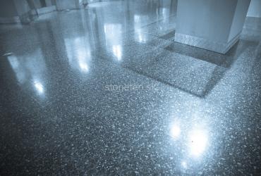 Podlaha z modrej prírodnej žuly