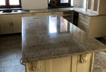 Kuchynská pracovná doska z prírodnej bledej žuly