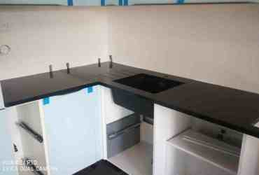 Kuchynská pracovná doska so zárezmi na odkvap vody zo žuly Absolute Black
