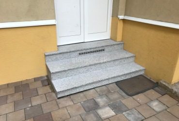 exterierove-schody-v-protismykovej-uprave-sedej-farby