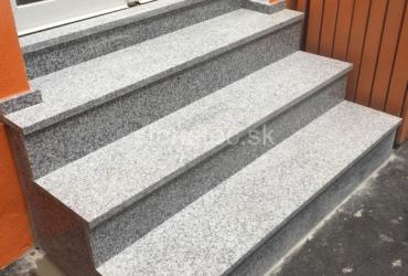 exterierove-schody-z-protismykoveho-prirodneho-kamena-bianco-tarn