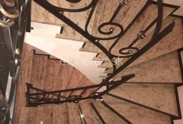 interierove-schody-z-prirodneho-kamena-zlatej-farby-shiwakashi-3