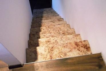 interierove-schody-zo-zlateho-prirodneho-kamena-shiwakashi