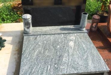 Urnový hrob s pomníkom v tvare miernej vlnky