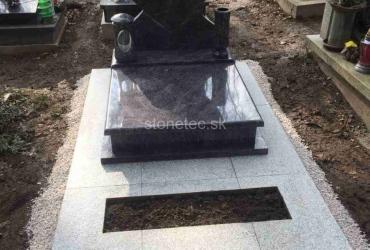 Urnový hrob s pomníkom v tvare srdiečka