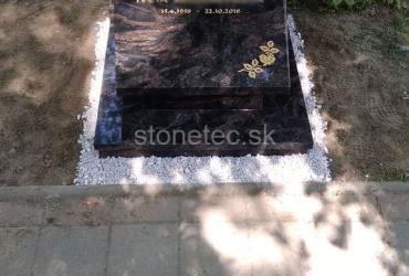 Urnový hrob z červeno-čierneho prírodného kameňa Aurora